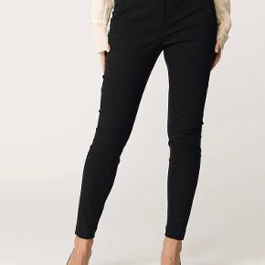 Teodosio buks. Klassisk fra Malene Birger med slank pasform. De meget anvendelige bukser har indsnævrede ben og ribpaneler, som gør bukserne super behagelige.p  Rigtig pæn stand. Har fået en lille ubetydelig tråd, ved inderste foer ved knap hullet. Kan derfor ikke ses udefra. Se billede.