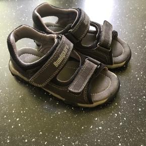 Bundgaard sandaler i str. 27. Kan bruges af piger og drenge. Fejler ikke noget kun få brugsspor.