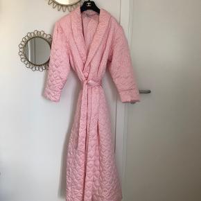 Overvejer at sælge min helt fantastiske vintage Dior robe i den fineste lyserøde nuance og med små hvide polka dots 💕 Jeg har brugt den som overgangsfrakke, hvilket den er velegnet til. Størrelse M - Vil også fint passes af en str. S. Sælges til 1400kr afhentet eller plus porto.
