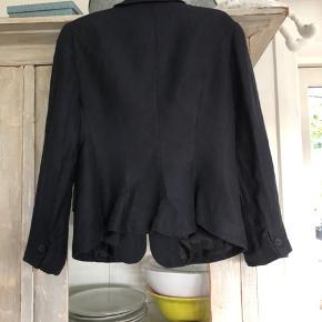 Flot sag i hør - brugt hos mig er ingenlunde slidt! Evelyn Brandt er designeren - og jakken har et fint lille sving bagtil! Sidder bare flot!