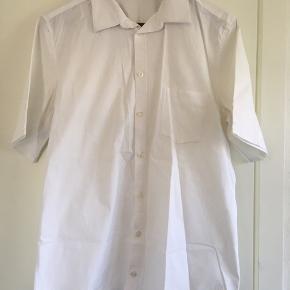 Fin skjorte med korte ærmer fra Samsøe & Samsøe i hvid i str. L. Den er som ny. Pris: 150 kr. eller andet godt bud!  (Søgeord: t-shirt)