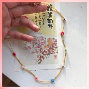 Perlehalskæde med blomster Mål: ca 44 cm Prisen er inkl Porto med postnord