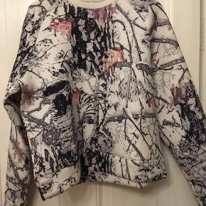 Mtwtfss Weekday sweatshirt printed str. medium. Næsten som ny. 100kr Kan hentes Kbh V eller sendes for 38kr DAO