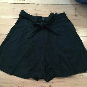 Vide shorts i grøn/flaskegrøn farve, højtaljede fra Weekday