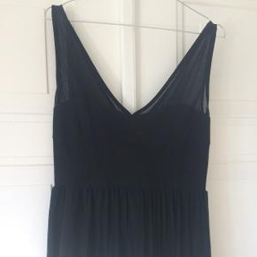 Smuk sort kjole med flotte detaljer.