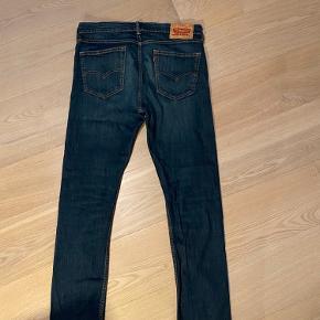 Levi's jeans i størrelse W32 og L32. De har ingen tydelige tegn på slid.  Er åben over for andre bud!