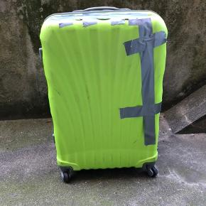Stor kuffert, nok ikke god til at flyve med. Gået i stykker, se billede.   Den virker fint, har selv benyttet mig af den selvom den var flækket i skallen.