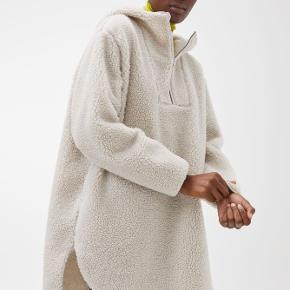 Har kun taget prismærket af men er aldrig brugt. Materialet er 35% uld og 65% polyester.