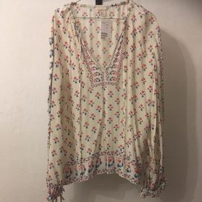Smuk bluse fra H&M i str. 38 (kan også bruges af str. 40 da blusen er stor i størrelsen).  Original pris 399. Sælges til blot 50kr- eller måske dit  bud😊 Aarhus