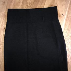 Klassisk nederdel i uldblanding. Brugt en enkelt gang