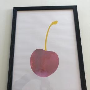 Plakat med kirsebær i sort ramme. Mål 30x40 cm. Sælges kun ved afhentning.