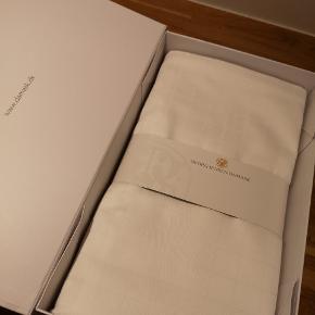 Georg Jensen hvidt sengetøj. Aldrig brugt. 2 sæt. Måler 140 x 200.