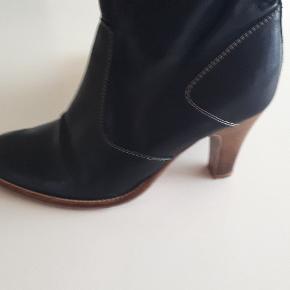 Så flotte støvler i lækkert læder i den meget gode ende af gmb. Hælhøjde 8 cm.