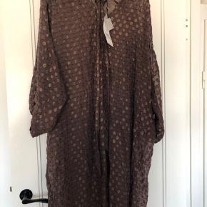 Helt ny og ubrugt kjole fra Fine Cph i str S med tags.  Underkjole medfølger.  Så fin 😊 NP: 1099,-kr. Se tags med pris.   MP: 350,-kr  😊  BYTTER IKKE