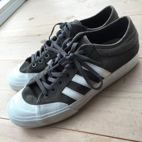 Adidas Matchcourt ADV, grå/hvid, ruskind, nypris 699. Er i fin stand, men sælges billigt :-) Se evt. også mine øvrige annoncer, hvor jeg bl.a. har et par nye, hvide Nike-sneakers i str.42, en læderjakke fra Converse og meget andet :-)  Sender gerne ved betaling af porto.