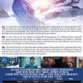 0336 👻 6 Below (DVD)  Dansk Tekst - I FOLIE    6 Below: Miracle on the Mountain I 2004 tilbragte Eric LeMarque 8 dage i Sierra Nevada bjergene i Californien, der nær kostede ham livet. Denne film fortæller den sandfærdige historie om hans oplevelser. LeMarque var tidligere ishockeyspiller, der kæmpede med stofmisbrug og pludselig måtte tage en usædvanlig 'kold tyrker', da han en aften besluttede sig for at snowboarde i de snedækkede bjerge og fór vild. Han måtte gennemleve nogle modbydelige dage, der blandt andet involverede at spise sin egen hud for at overleve!