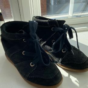 Isabel Marant bobbysneakers, str: 36, nypris: ca 3.200kr. Er par år gamle, dog kun få slidmærker da de ikke er brugt så meget (et sted på indersiden af højre sko er de syet, dog ses det slet ikke når man har dem på - vist på 3. Billede)  SÆLGES BILLIGT - ÅBEN FOR BUD
