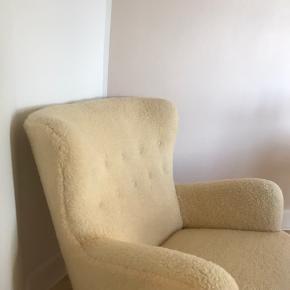 Helt ny lænestol i ompolstret imiteret skind. Stolen er gammel fra Illums Bolighus  Aldrig brugt siden polstring   NY