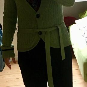 Fillipa K Cardigan, der ses intet slid. 100 % ren uld. Foto en smule overbelyst, den er ikke falmet. Bytter ikke, da jeg rydder ud.. men sælger billigt:-)
