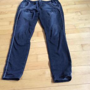 Varetype: Jeans Farve: Sort Oprindelig købspris: 800 kr.  Lækre jeans, i den meget flotte ende af GMB .  Str L  Livvidde 2*43 Hel længde 105