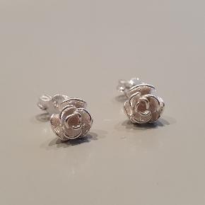 Fine rose ørestikkers fra smykke webshoppen  decopop.dk. Sælges som ny (kan også købes på webshoppen med gratis fragt). Materiale: ren sterlingsølv. Super fine og lette at kombinere med andre øreringe.