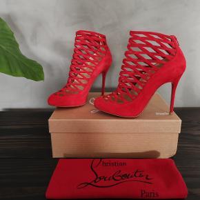 Lækre røde ruskinds støvletter fra Christian Louboutin. Købt for små så jeg har aldrig brugt dem. Str 36.5 - normale til små i størrelsen. Passer 36-36.5.
