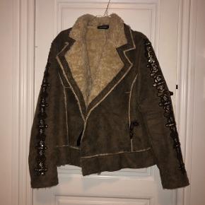 super fin jakke med pels (ikke ægte) god til vinter, men også til forår/efterår.   150kr💛   #30dayssellout
