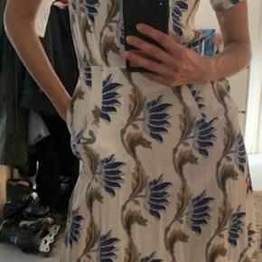 Beautiful summer dress from Other stories. Side zipper and buttons on top.