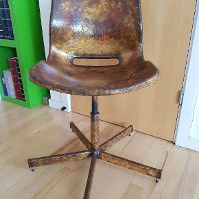 """To specielle stole, som er malet (og lakeret) i """"industriel"""" stil... Der er gummidutter under """"fødderne"""" på stolene, men de kan evt. udskiftes med hjul, hvis det passer bedre til formålet. Prisen er pr. stk."""