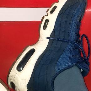 Cool Air Max i mørk blå med hvide såler og undersål i brunt gummi. Super fine til kjole eller også bukser eller shorts i det flotte vejr. Skoene er brugt, de fejler intet, dog lidt snavset og kan sikkert blive ret pæne hvis man giver dem en tur med en fugtig klud.