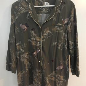 Varetype: Bluse Farve: Grøn Oprindelig købspris: 500 kr.  Fin bluse fra Saint Tropez, str. L. Støvet grøn farve med guld detaljer. 100% viskose. Byd!