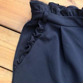 Skønne elegante nye sorte Pieces bukser med flot flæsekanter 😀🌸😀 * Brugt få gange