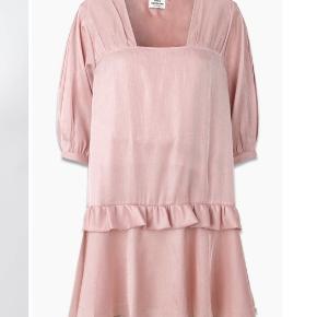Smukkeste lyserøde kjole fra Mads Nørgaard. Giv et bud🌸🌸
