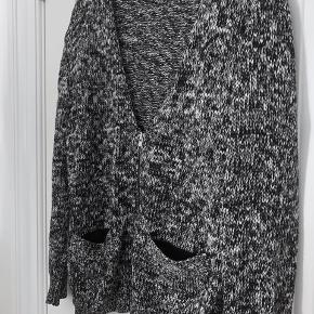 Cardigan / trøje str 40. Har brugt den som en oversize cardigan :-)