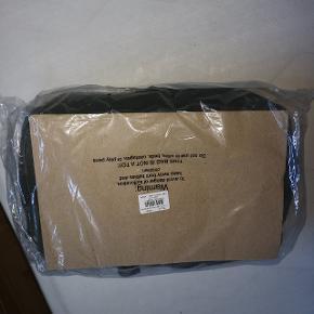 Helt ny Nunoo Mia taske i Grøn Ruskind i plomberet emballage sælges  Der kan være en bærbar computer i tasken plus skole bøger osv  Købt ved Nunoo  Købskvittering haves