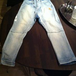 Fede jeans, kun vasket en gang, er som nye. Mindstepris 150pp.