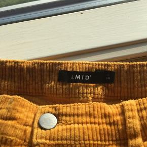 Sælger disse mega fede straight bukser fra mærket LMTD der tit kan findes i butikken Name it. De er gul/orange (mest lys orange) og er i fløjlsstof. Super behagelige. Kan strammes og løsnes ved hjælp af elastik i livet. Stumper en lille smule hvis man er over 1,55 meter høj. Ingen huller eller pletter- fremstår som næsten nye👌🏼  Størrelse 11 år (146) men passes også af 12 år (152-158). Oprindelig købspris var omkring de 300 kroner. Byd endelig🌸💞