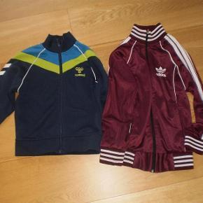 Varetype: Bluse med lynlås Farve: Se billeder  Lækre trøjer, pæne og velholdte.  Str 6/116  Adidas er solgt kun Hummel tilbage