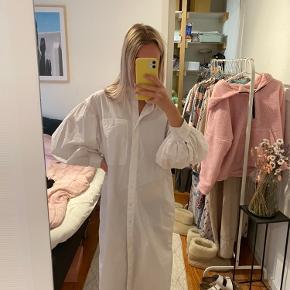 Skjorte kjole fra H&M. Fitter oversized☺️