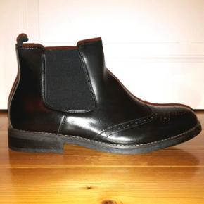 Spritnye sorte støvler, str. 44. Imiteret læder.  Aldrig brugt!