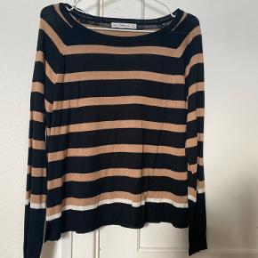 Jeg sælger min fine ZARA knit trøje ( langærmet ) i stribet , sort / Hvid / Beige ( brun ish), da jeg simpelthen ikke får den brugt.   Jeg har brugt den én gang til en middag i nogle få timer, og aldrig siden.   Den er deraf i perfekt stand💕  Materialet er vildt lækkert.  NP: 379kr Mp: BYD  OBS:‼️ sælger lige nu - billigt - ud af en masse forskelligt mærketøj, tjek det ud! 🔆 🍒