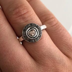 Så smuk ring i sølv med diamanter. Brugt sparsomt, fejler intet.  Str. 49/50   Bytter ikke