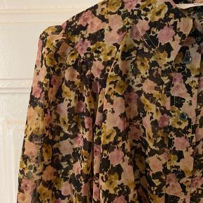 Smukkeste skjorte med blomsterprint 🌸  Skjorten har elastisk nederst ved armen, som gør den nem at bruge.  Kun været i brug en enkelt gang :)