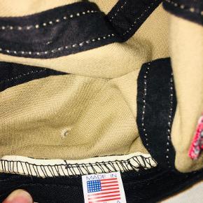 Mørk beige cap / kasket fra supreme med logo bag på. Justerbar elastik strop.