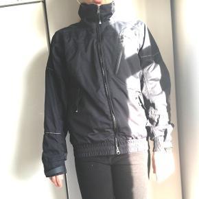 Sælger den her jakke, der kan bruges i alt slags vejr. Brugte den selv som ride jakke. Den er god til alderen 11-13 år. Den er fra mærket Mountain horse.  BYD gerne