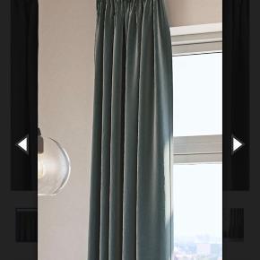 Grønt velourgardin fra jysk. Har været brugt i cirka et halvt år, og ser ud som nyt. Ingen fejl eller skader. Har ét gardin og en tilhørende stang. Måler 140x245 cm. Stangen er cirka 1,5 i Max længde, men kan trækkes sammen.