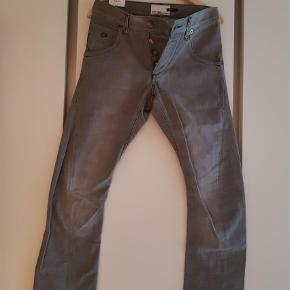 """Brand: Style flash, energie Varetype: Jeans Størrelse: 29/32"""" Farve: Grå Oprindelig købspris: 999 kr.  Grå jeans slimfit. Aldrig brugt, mærke stadig på."""