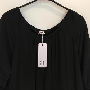 Varetype: Skøn Kjole/Tunika Farve: Sort  Skøn HELT NY Saint Tropez kjole/tunika i en dejlig løs model med vige 3/4 lange ærmer. Kjolen er helt ny og aldrig brugt og mærke sidder stadig i. Vidde tilsat fra halskant foran samt har elastik i talje på ryg. Længere bagpå end for. Brystvidde: 2 x 50 cm Længde midt bag: 84 cm  Ved TSpay betales gebyret af køber og tillægges min salgspris. Gerne Mobile Pay. Jeg bytter ikke.