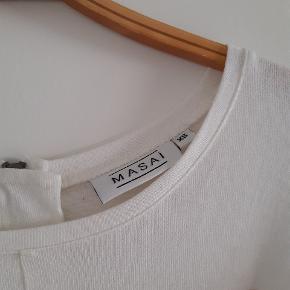 Lynlås i ryggen og slids på rumpen, så man bør have tights eller bukser under. Brugt få gange. Vasket i Neutral vaskemiddel. Sælges da jeg ikke får den brugt nok.