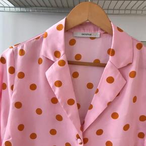 Fineste lyserøde Gestuz skjorte mes orange prikker 💘🧡 brugt et par gange ✨